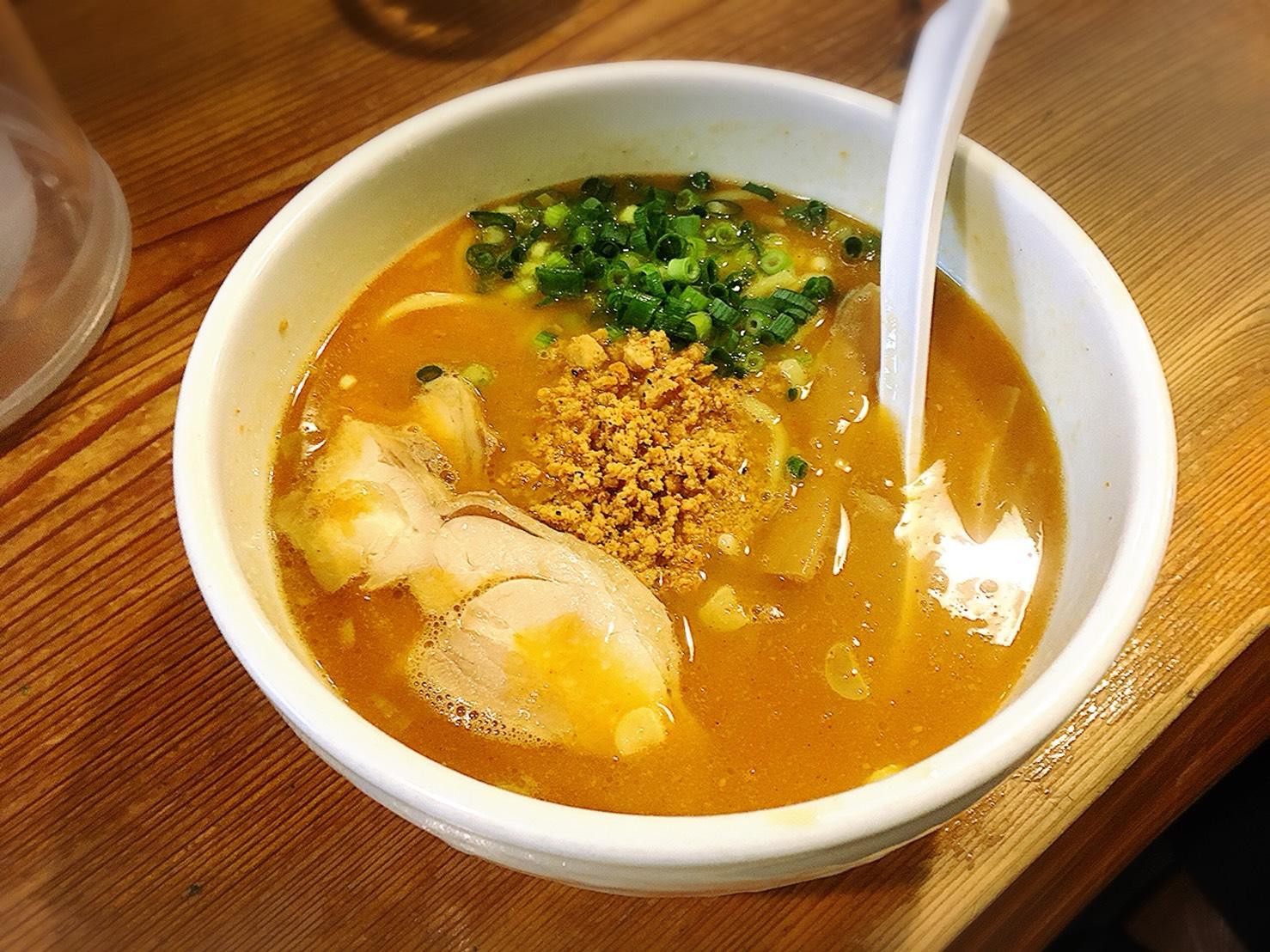 池袋で人気の濃厚鶏白湯ラーメン「鶏の穴」の赤鶏ラーメン
