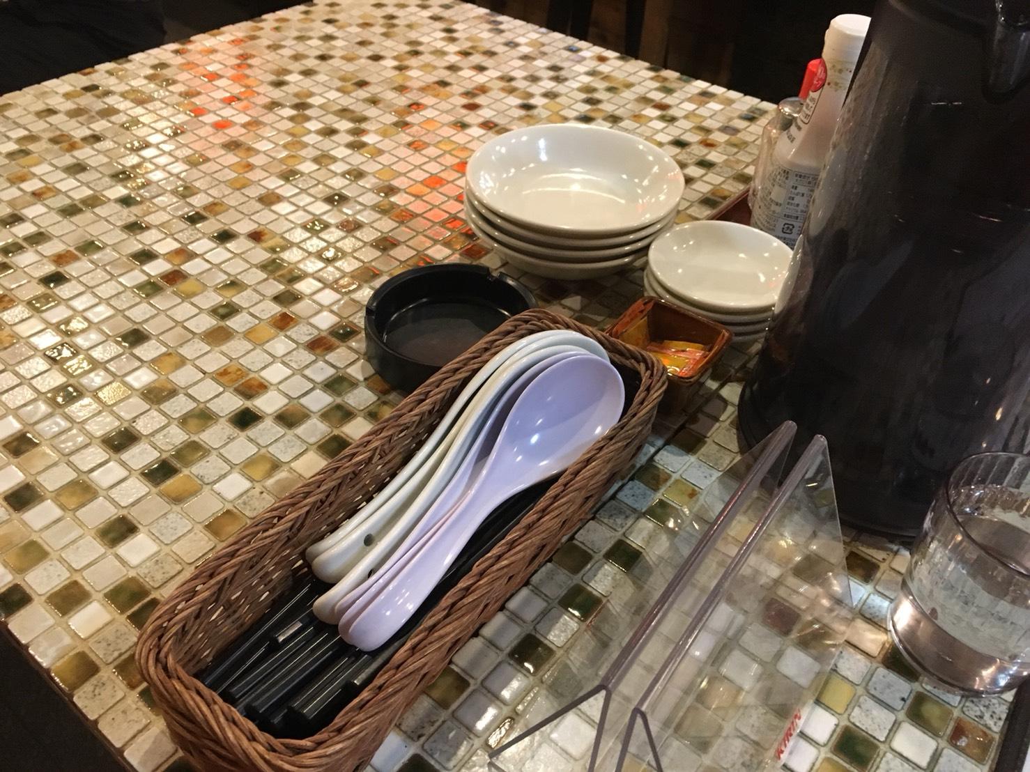 【大塚駅】新発見!美味しい焼売を堪能しよう!「野田焼売店 大塚店」のテーブル