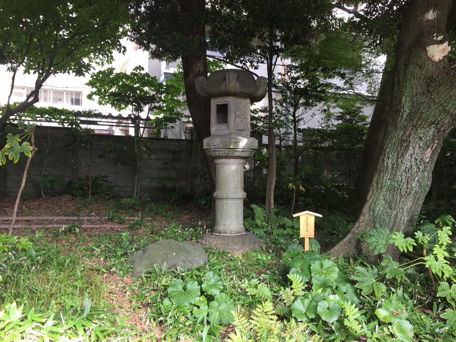 【上中里駅】バラが咲き誇る日英が混ざる庭園「旧古河庭園」の灯篭1