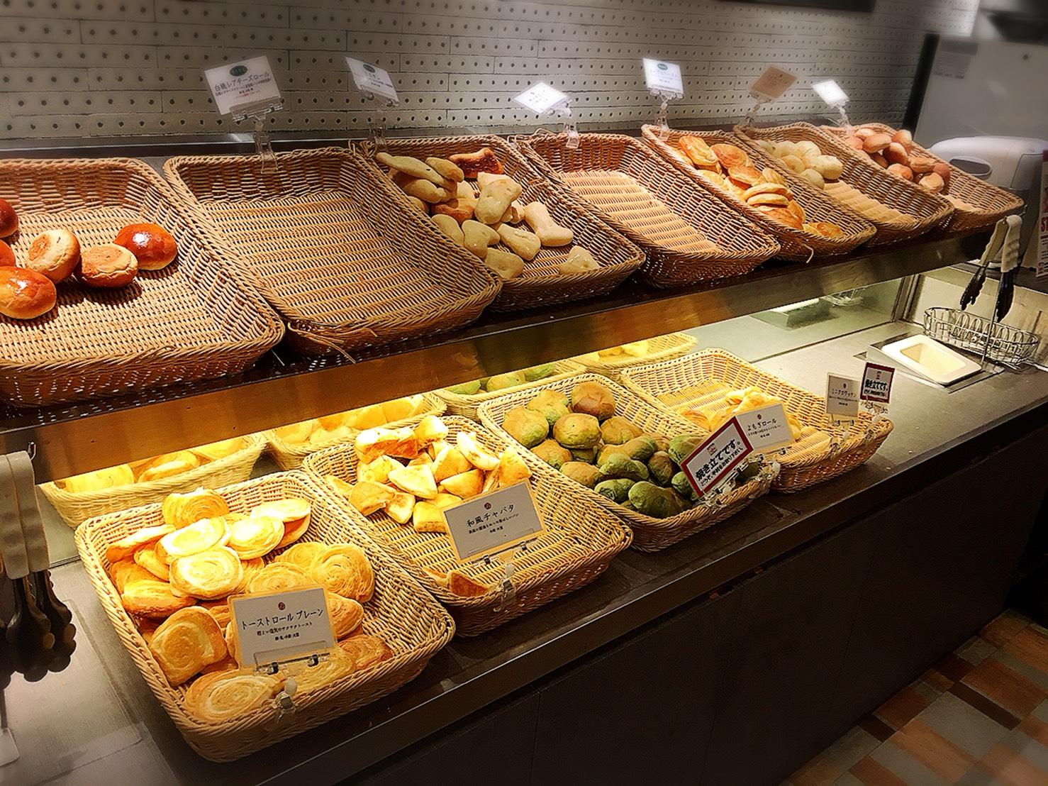 【池袋駅】自家製パン食べ放題とグリルで満腹「ビストロ309」のパンコーナー