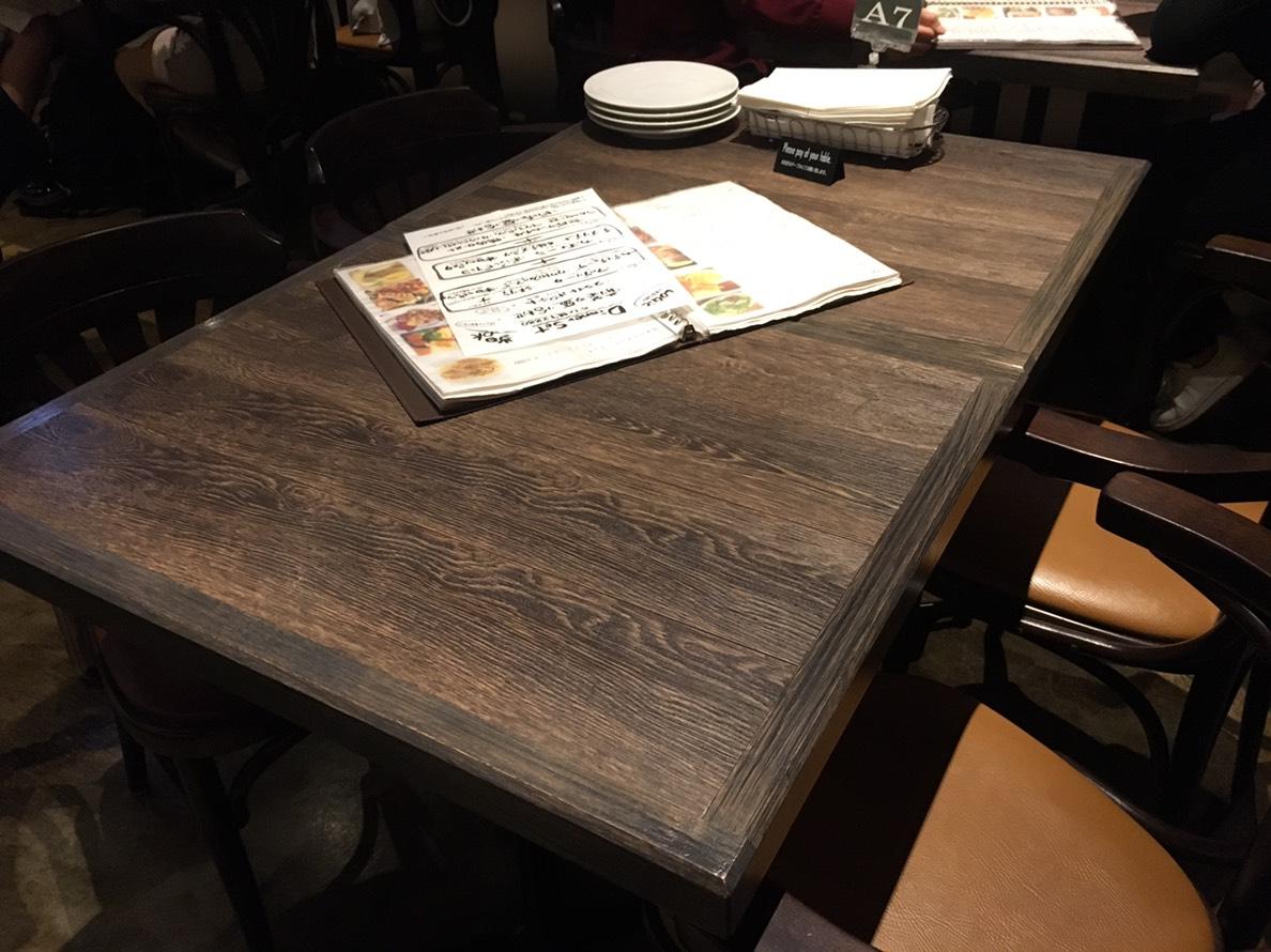 【池袋駅】カジュアルイタリアン「LOGIC 池袋東口」で本格ピザを堪能!のテーブル