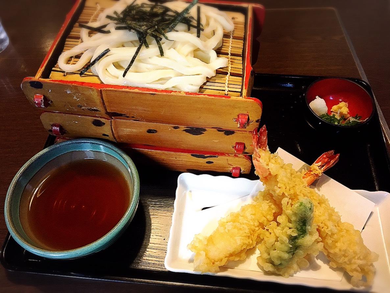 【新宿駅】ツルツルうどん美味しい!老舗サラダうどん発祥の「三国一」の天ざるうどん