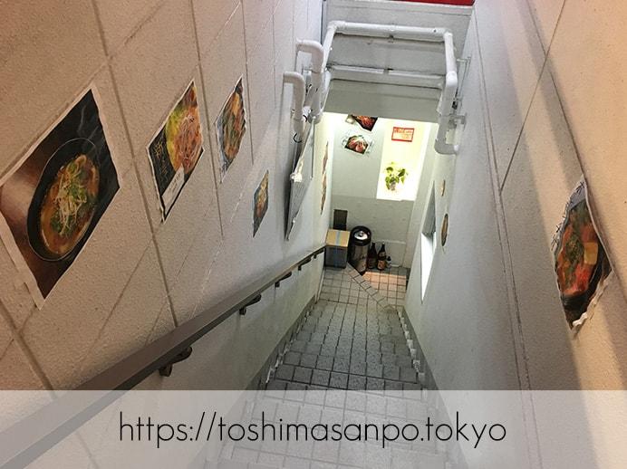 【大塚駅】独特な下味のお肉がなるほど美味しい!終戦のヤミ市から続く老舗焼肉「とらじ亭」の入口への階段